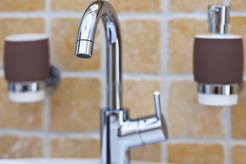Chrome明三联式浴缸水嘴在卫生间里 图库摄影