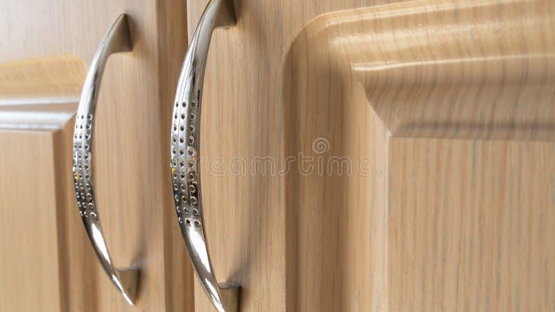 Chrome регулирует для дверей мебели на светлой предпосылке Интерьер и дизайн стоковые фотографии rf