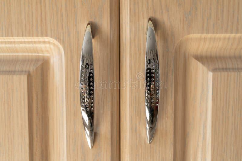 Chrome регулирует для дверей мебели на светлой предпосылке Интерьер и дизайн стоковая фотография