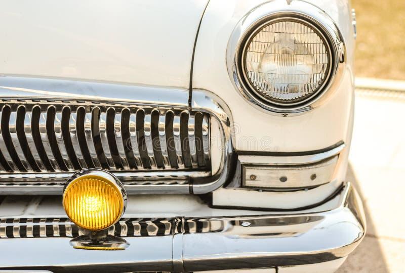 Chrome auf dem Autostoßdämpfer, Retro- Auto Fokus auf Scheinwerfern und Haube lizenzfreies stockfoto