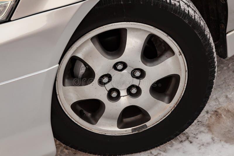 Chrome chapeou a roda do alum?nio de molde no carro com um pneu de borracha preto, os cinco furos para os parafusos de montagem e fotos de stock royalty free