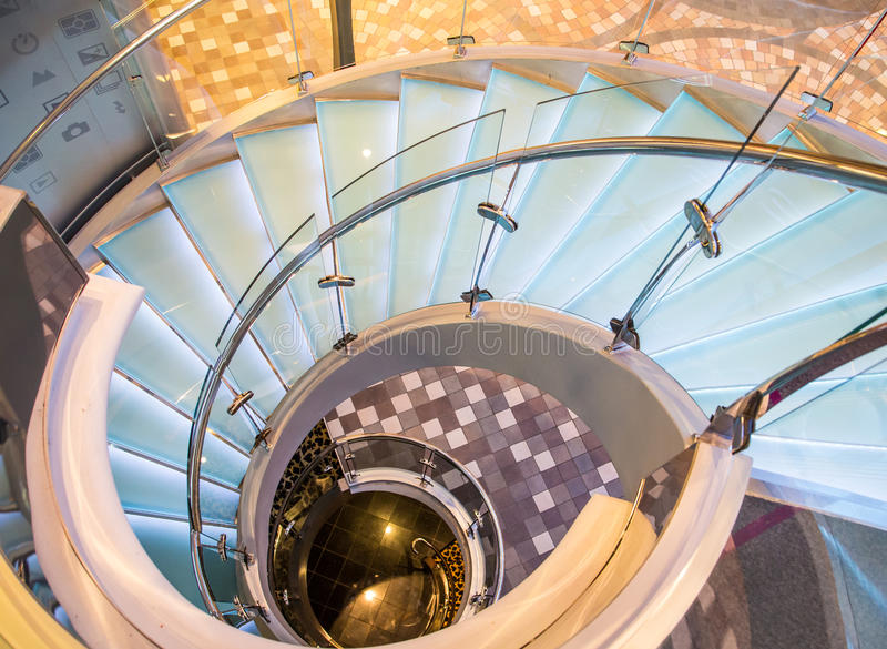 Chrome e escadaria espiral de vidro fotos de stock