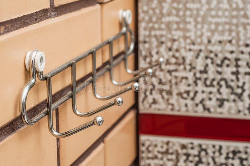 Chrome-handdoekrek op een bakstenen muur in de badkamers royalty-vrije stock foto