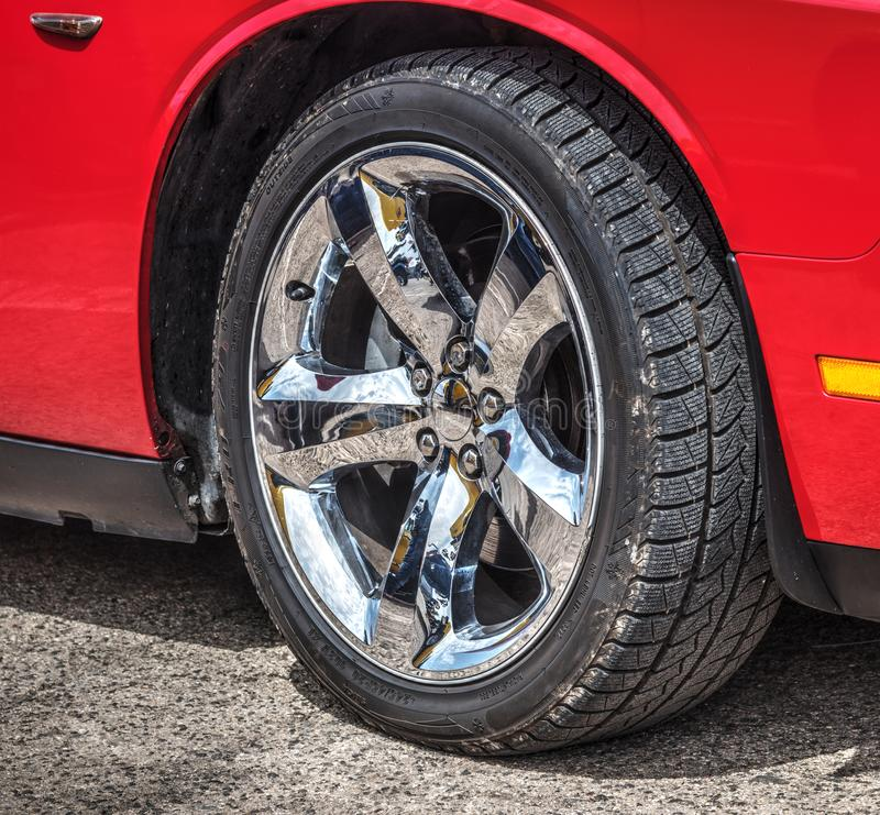 Chrome hjul av en röd muskelbil fotografering för bildbyråer
