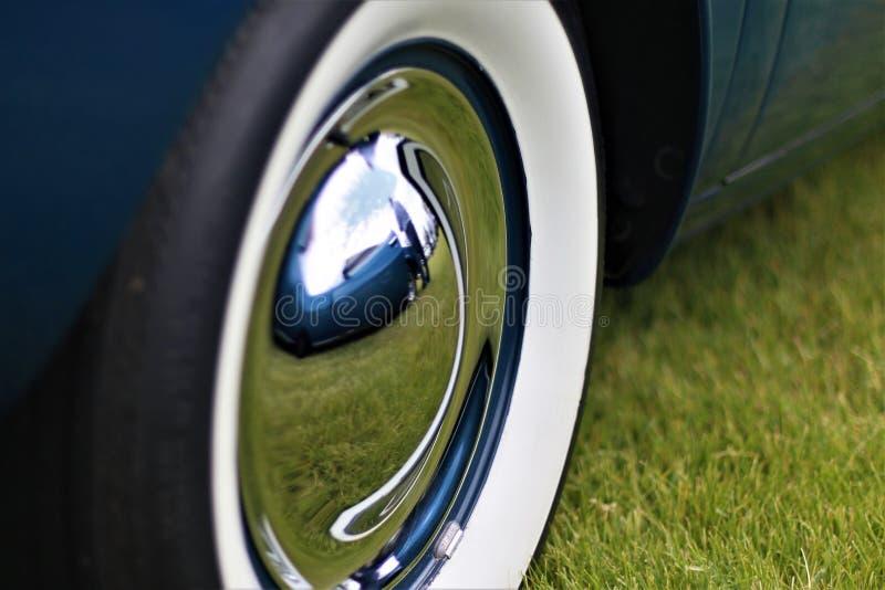 Chrome hjul med detvägg gummihjulet på en klassisk bil arkivbilder