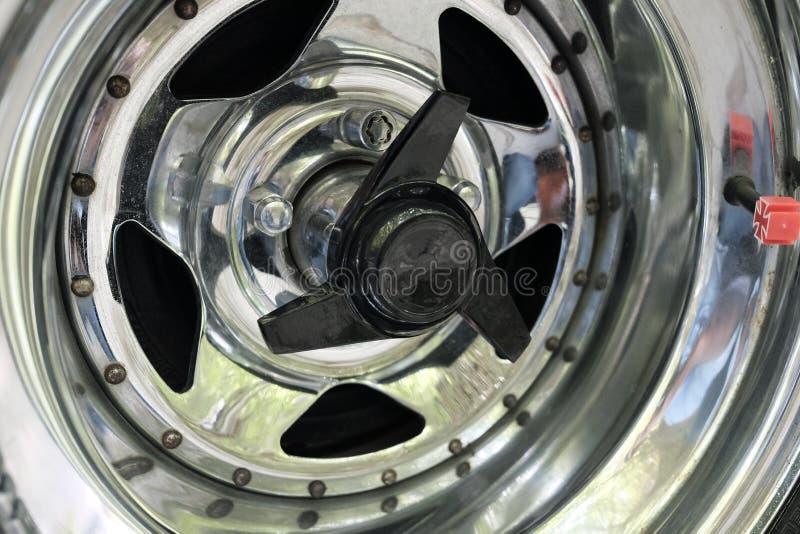 Chrome pläterade kanten för bilhjulet arkivbilder