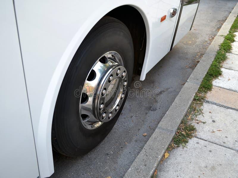 Chrome a plaqué la roue de l'autobus interurbain blanc sur le stree image libre de droits