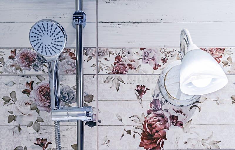 Chrome prysznic głowa w łazienki wnętrzu fotografia stock