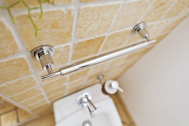 Chrome rękojeść w nowożytnej łazience zdjęcie stock