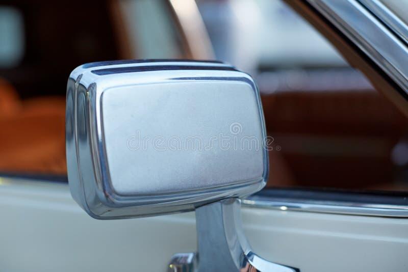 Chrome sid siktsspegeln på en tappningbil royaltyfria foton