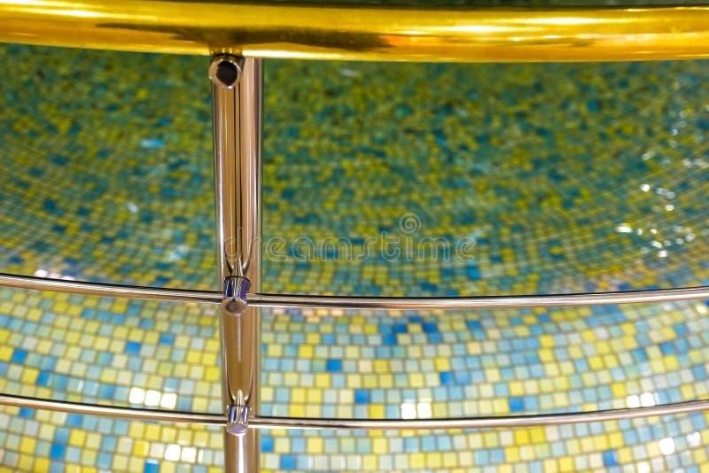 Chrome staket av pölen, promenadräcket och vattenpölen som dekoren Mosaik inredesign arkivfoton
