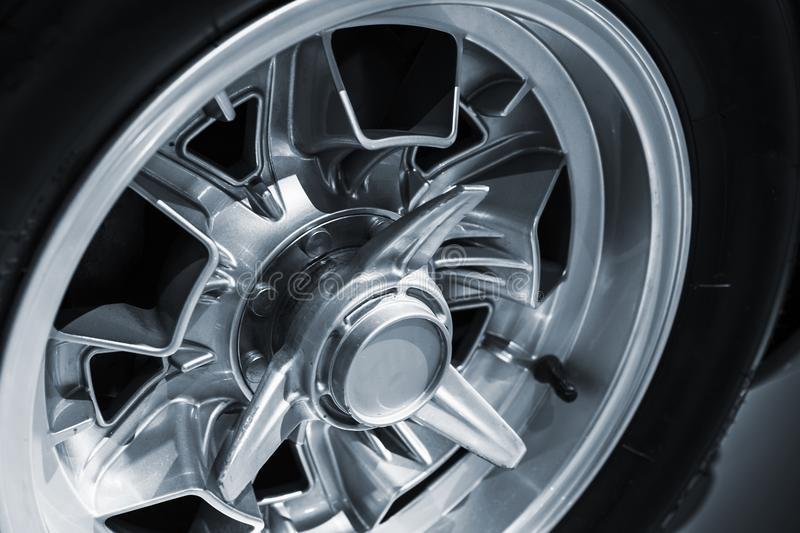 Chromed hjuldiskett Lyxig tappningbil royaltyfri bild