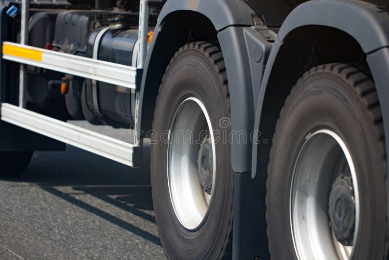 Chromed lastbilhjulCloseup Tungt lastbilhjul royaltyfria foton