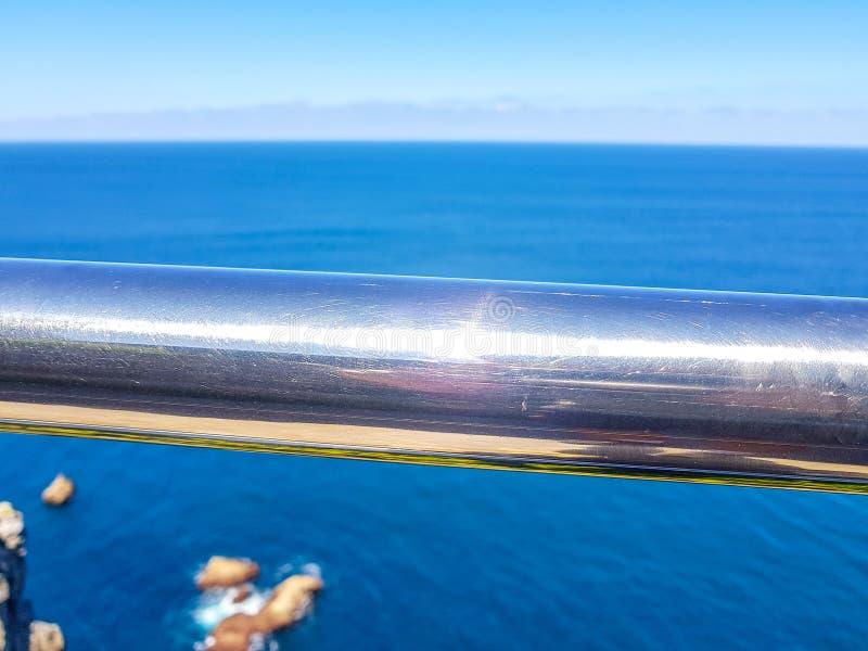 Chromiertes Geländer mit Hintergrund des blauen Himmels und des Meeres lizenzfreie stockbilder