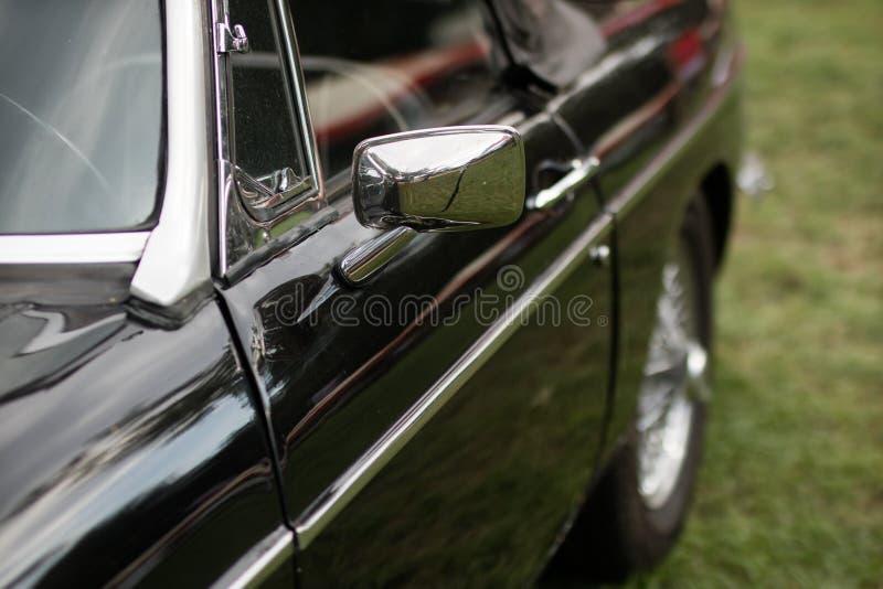 Chromu lustro w starym samochodzie Akcesoria w samochodach eksponujących przy sh zdjęcia stock