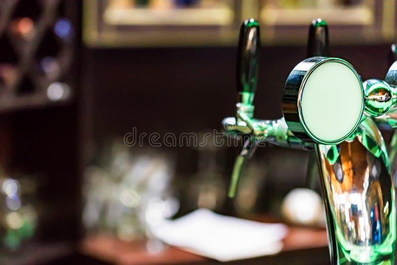 Chromu piwa klepnięcie w nowożytnym barze zdjęcie stock