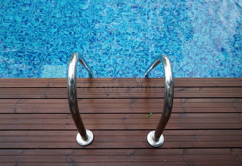 Chromuje drabinę w pływackiego basen zdjęcia stock