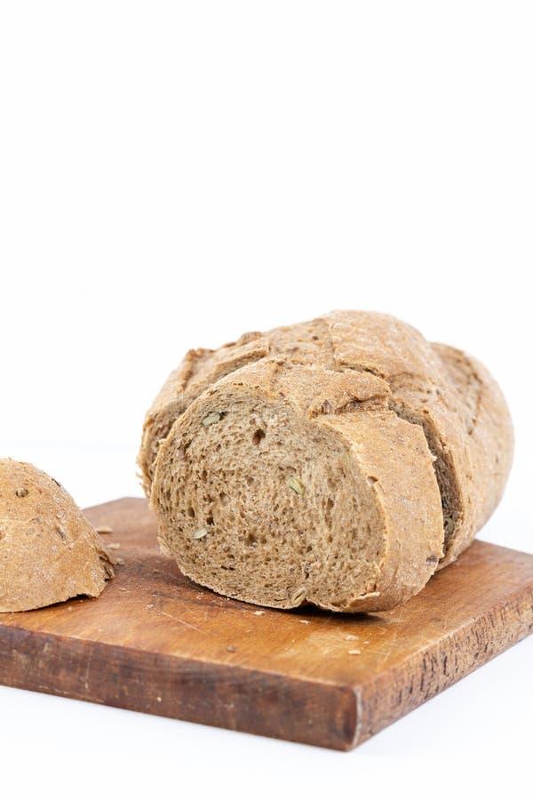 Chrono- pain avec des céréales au-dessus du fond blanc images stock