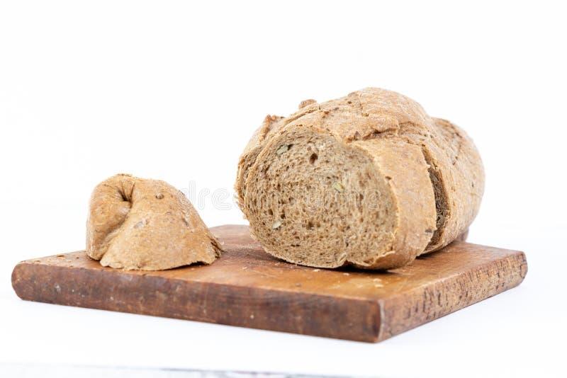 Chrono- pain avec des tranches de céréales sur la planche à découper photo libre de droits