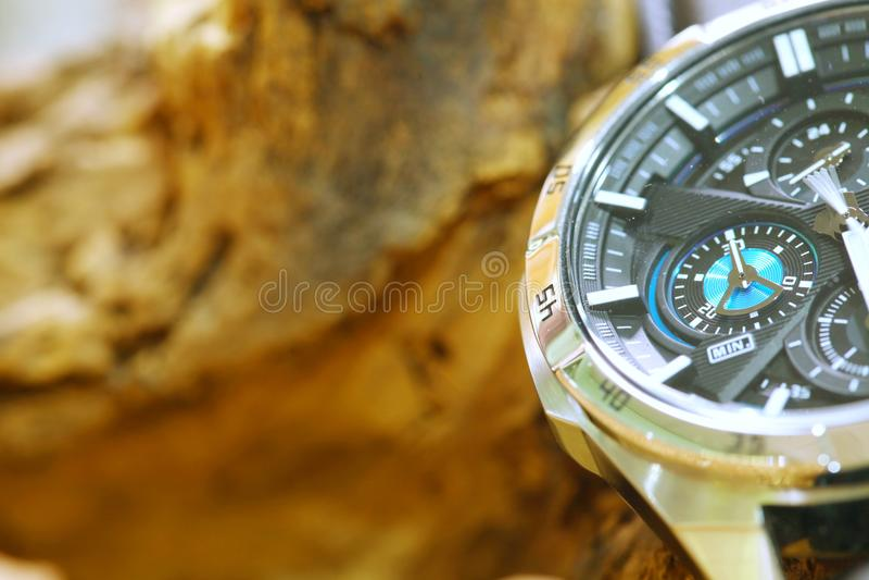 Chronografu zegarek stawiający obok drewnianego tła obrazy royalty free