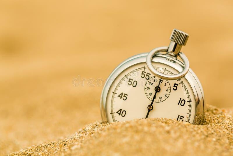 Chronomètre argenté en sable sur la plage images libres de droits