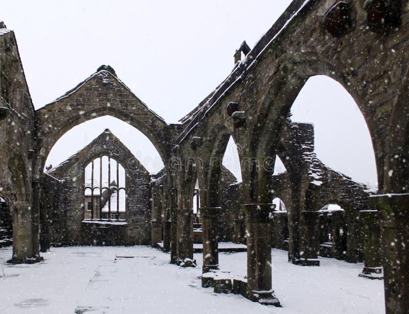 Chruch St. Thomas becket в heptonstall в падая снеге стоковые изображения rf