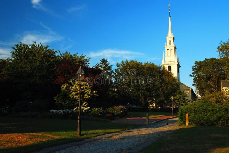 Chruch steeple wzrasta nad jawnym parkiem obrazy royalty free