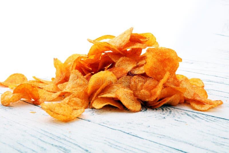 chrupiące chip ziemniaka Papryka układy scaleni na białym drewnianym tle fotografia royalty free