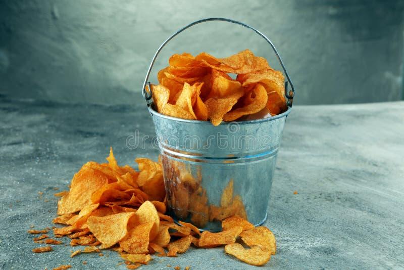 chrupiące chip ziemniaka Papryka układy scaleni na stole Korzenni crunchy układy scaleni zdjęcie stock