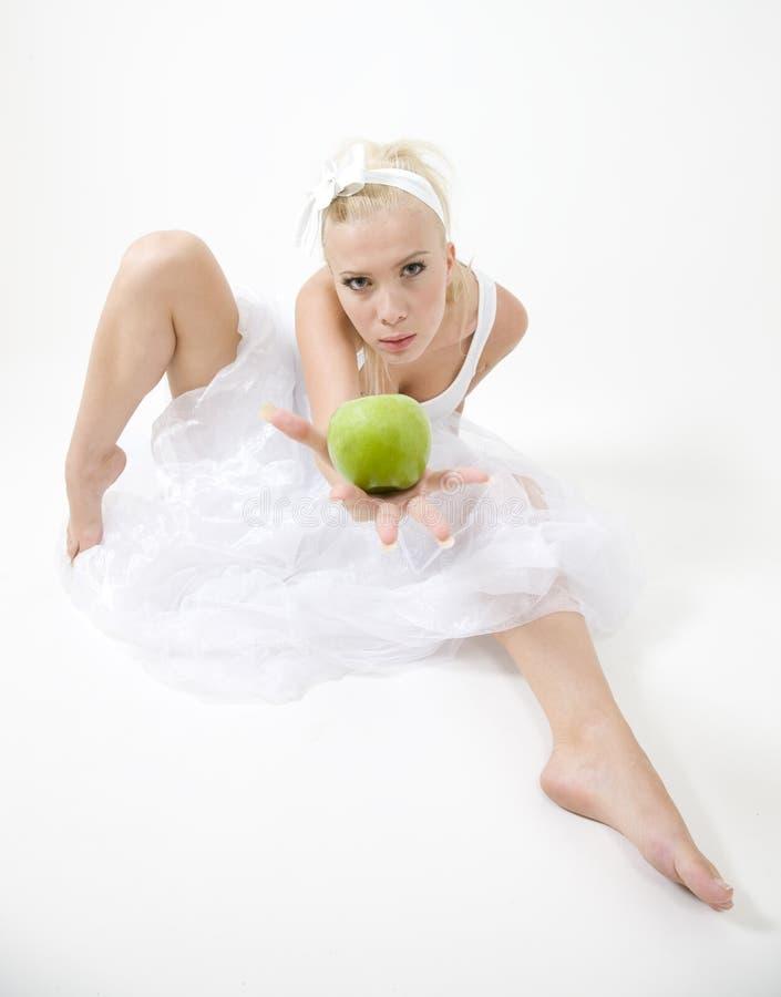 chrupiące jabłkowy zielonego gospodarstwa seksowni młode kobiety zdjęcia royalty free