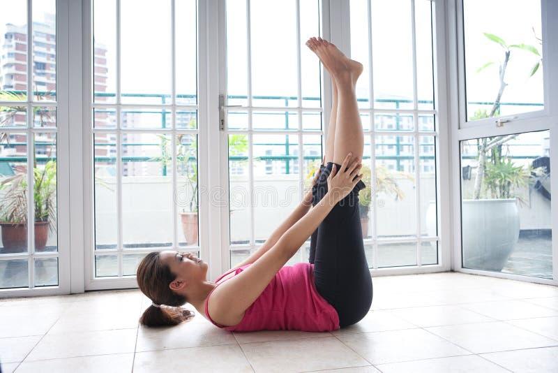 chrupnąć robi ćwiczenie sprawności fizycznej jej kobieta fotografia royalty free