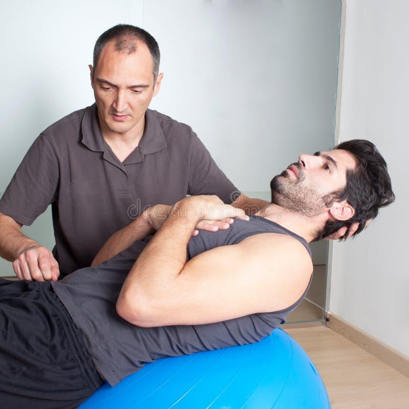 Chrupnięcia ćwiczenie na medycyny piłce zdjęcie royalty free