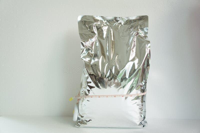 Chrupnięcie szczerbi się kartoflanej crispy torby odbicia dużego pojęcie zdjęcia stock
