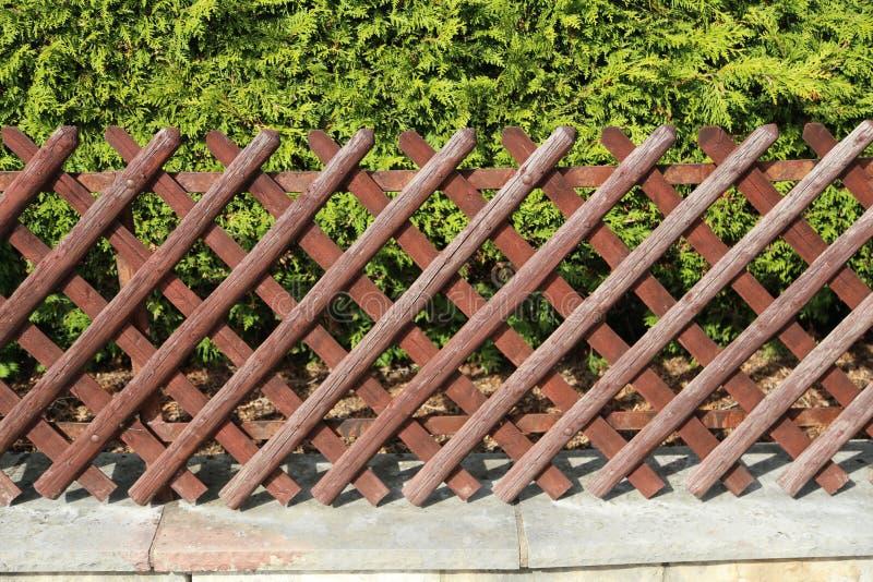 Chrustowy ogrodzenie w ogródzie Ogrodowy drewniany ogrodzenie obraz royalty free