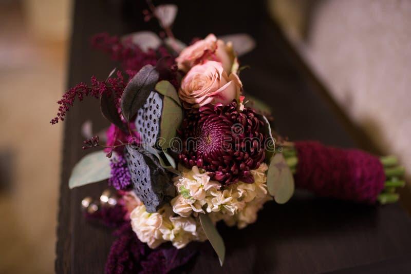 Chrysanthème de Bordeaux au foyer Bouquet nuptiale sensible, cher, à la mode de mariage des fleurs dans le marsala et couleur rou images libres de droits