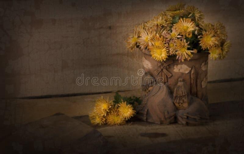 chrysanthemumskrukmakerivase arkivbilder