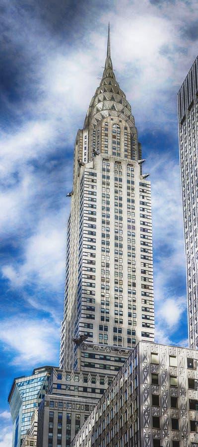 Chrysler Bulding och blå himmel med vita moln arkivbild