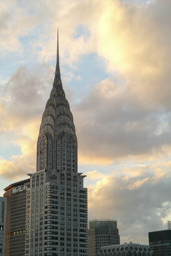 Chrysler byggnad på solnedgången med den färgrika gula apelsinen fördunklar I arkivbilder