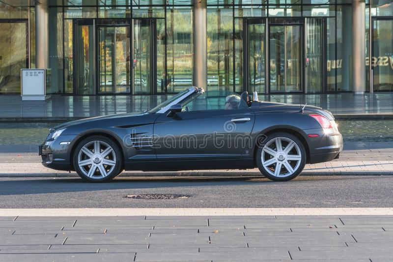 Chrysler Crossfire przed administracja budynkiem Thysse, obrazy stock