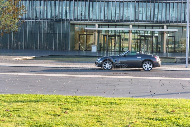 Chrysler Crossfire przed administracja budynkiem Thysse, fotografia royalty free