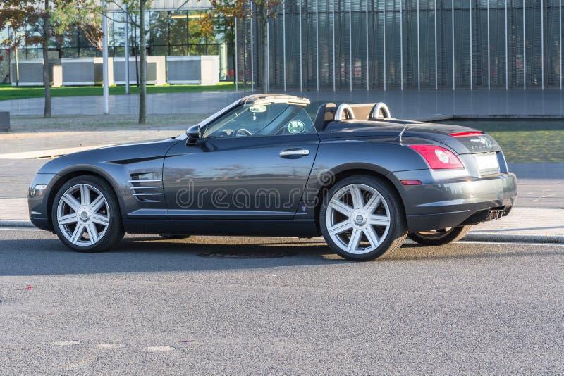 Chrysler Crossfire przed administracja budynkiem Thysse, zdjęcie royalty free