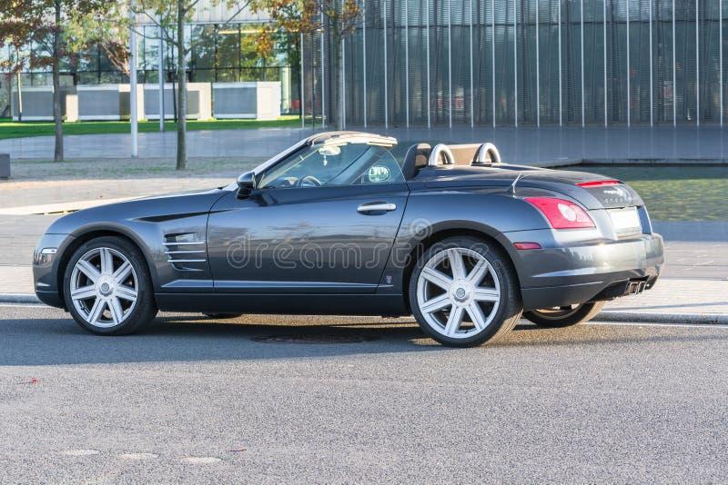 Chrysler Crossfire przed administracja budynkiem ThyssenKrupp, obraz royalty free