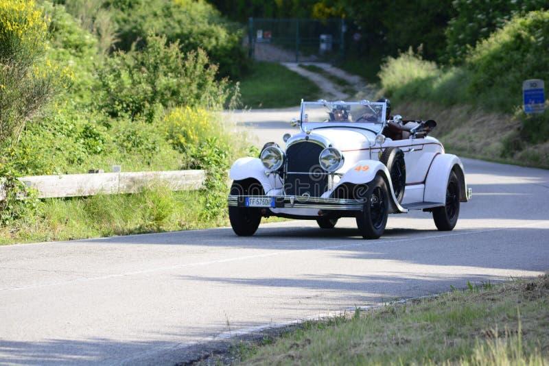 CHRYSLER 72 DE LUXE TERENÓWKA 1928 bieżny samochód w zlotnym MilleCHRYSLE Miglia 2018 sławna włoska dziejowa rasa 1927-195 zdjęcia royalty free