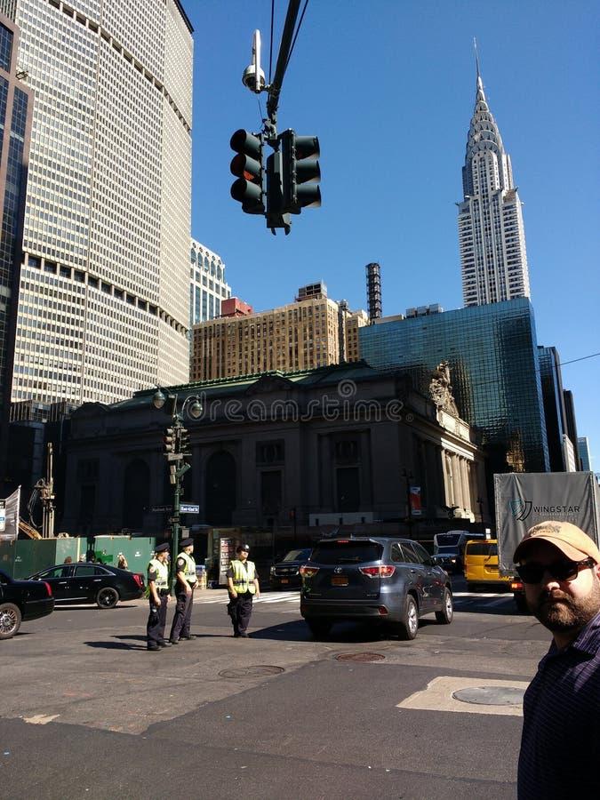 Chrysler-Gebäude, New- York Cityverkehr an der 42. Straße, Stadtmitte, Manhattan, NYC, NY, USA lizenzfreie stockfotografie