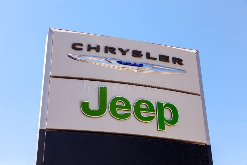 Chrysler, Jeepautomobil-Verkaufsstellezeichen lizenzfreies stockbild