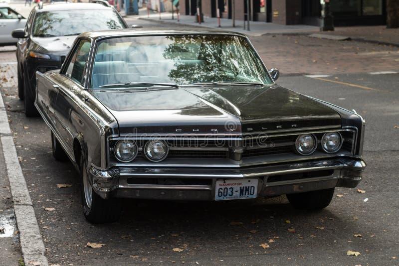 Chrysler klasyczny samochód w ulicie obok Okcydentalnego kwadrata w Seattle, Waszyngton, usa obraz stock