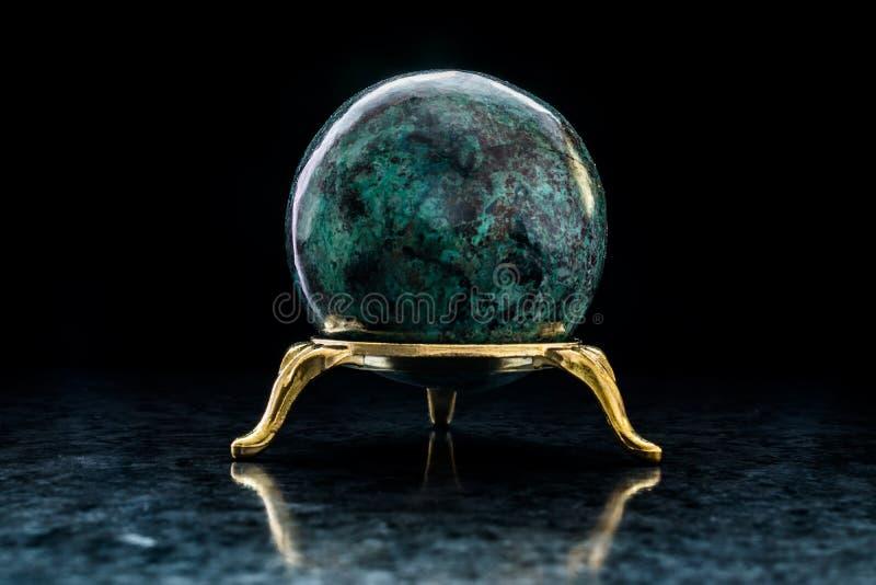 Chrysocolla-Ball auf Stand stockfoto
