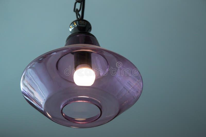 Chrystal在天花板的枝形吊灯灯在调整在豪华口气的餐厅图象 库存例证