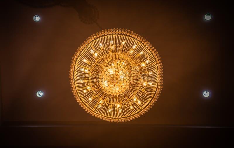 Chrystal-Leuchterlampe auf der Decke in Esszimmer stockfotografie