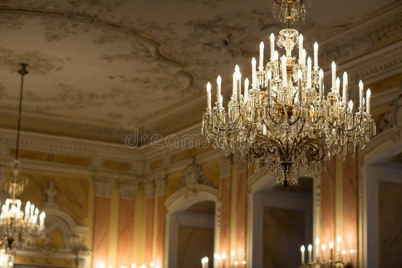 Chrystalkroonluchter in barokke ruimte stock fotografie